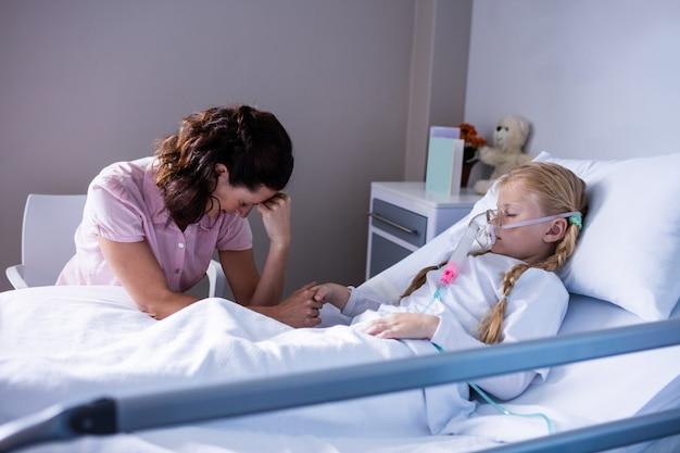 Triste médico sentado com paciente
