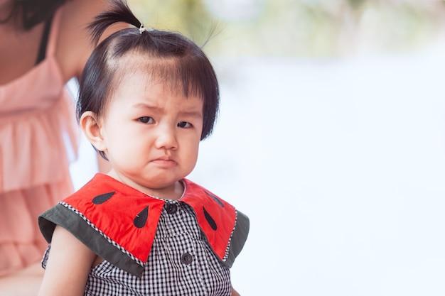 Triste menina asiática chorando e chateado