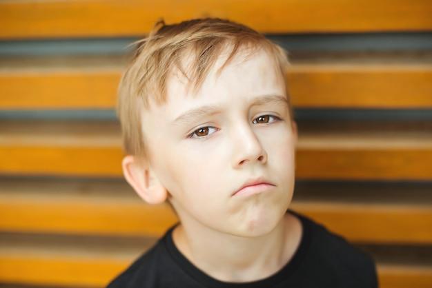 Triste menino emocional. emoções humanas, conceito de expressão facial. menino bonito chateado.