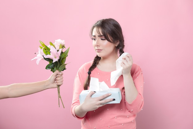 Triste mulher recebendo buquê de lírio, segurando guardanapos