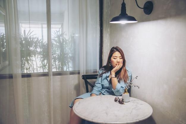 Triste mulher sentada em casa
