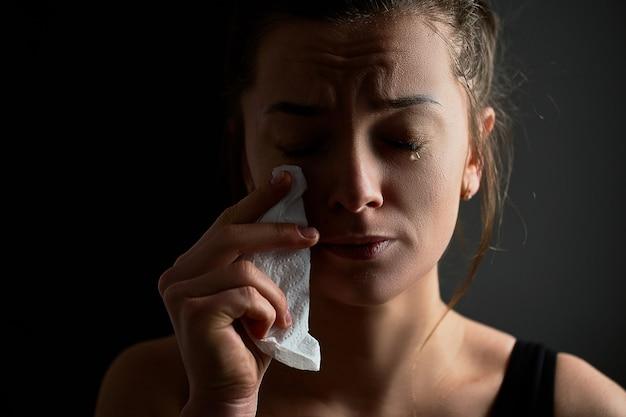Triste triste infeliz desesperada chorando fêmea com lágrimas olhos