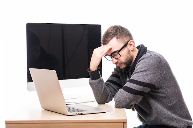Tristes problemas homem bonito de óculos trabalhando em um laptop com a tela do monitor nas costas