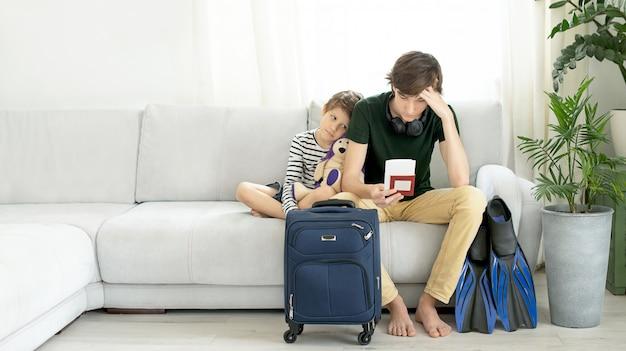 Tristes turistas com uma mala e nadadeiras ficam em casa durante a pandemia de coronavírus.