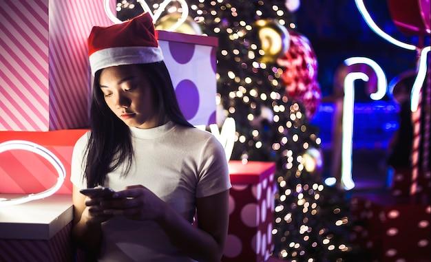 Tristeza com namoro cancle no chat online com celular em sentimento de solidão no festival de natal
