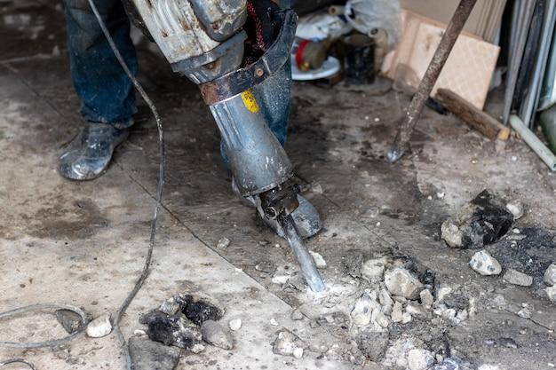 Trituração de concreto com perfurador no canteiro de obras