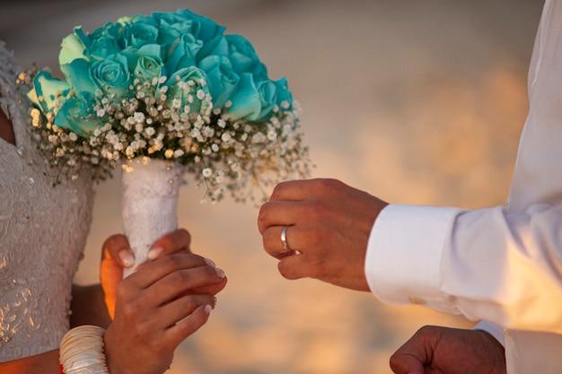 Troca de alianças em cerimônia de casamento caraíbica