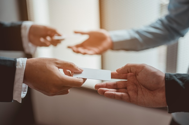 Troca de cartões de visita e troca de canais de comunicação e colaboração trabalho de sucesso