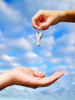 Troca de chaves entre as mãos. conceito imobiliário