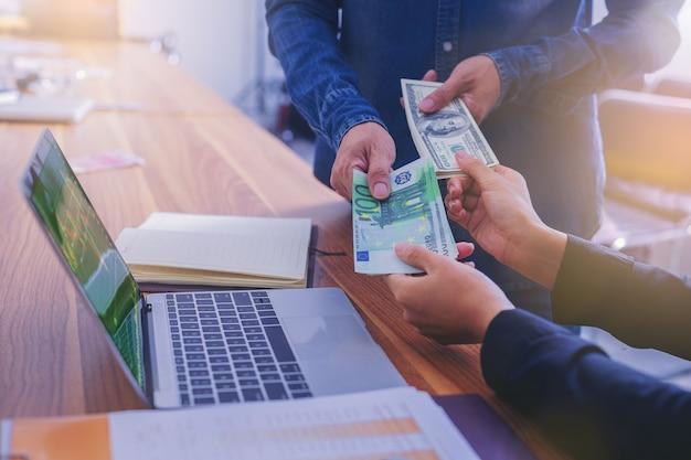 Troca de dinheiro, pessoas de negócios trocam dólares americanos por euros em dinheiro