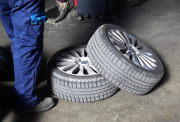 Troca de pneus dentro da oficina