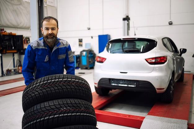 Troca de pneus para inverno ou verão.