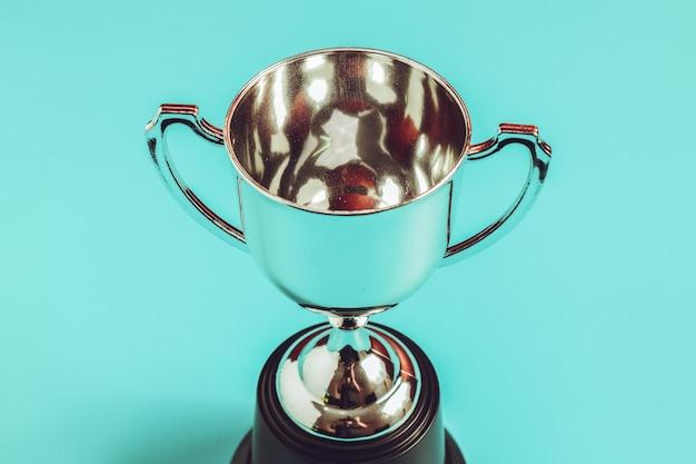 Troféu da prata do conceito do vencedor colocado com fundo.
