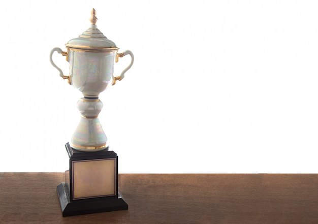 Troféu de mármore na mesa de madeira isolada. ganhar prêmios com espaço de cópia.