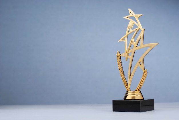 Troféu triplo dourado em forma de alcatrão para recompensar