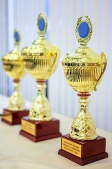 Troféus de três taças, ouro, prata e bronze