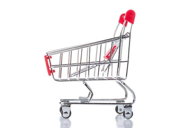 Trole vermelho do carrinho de compras isolado.