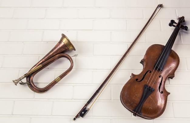 Trompete ao lado de um violino