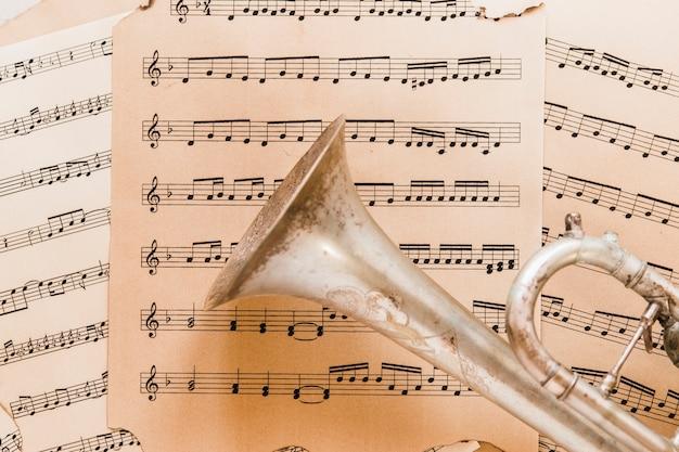 Trompete de close-up em partituras