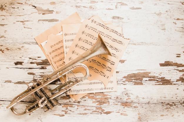 Trompete e partituras na mesa de crumblin