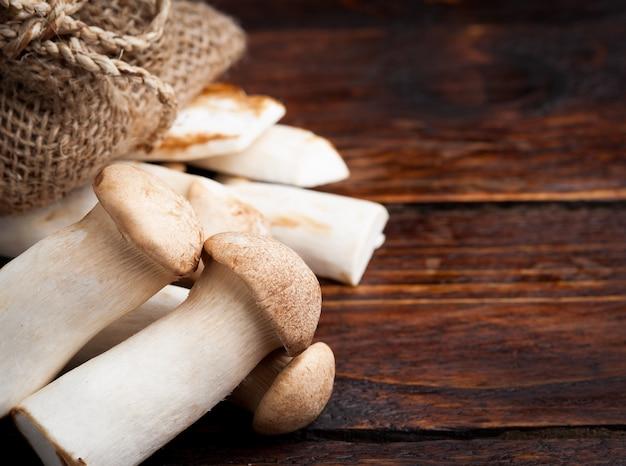Trompete rei cogumelos em uma madeira