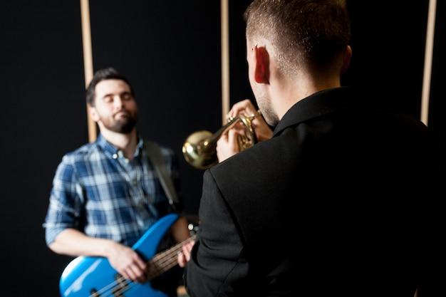 Trompetista, jogador, guitarrista, cadeira
