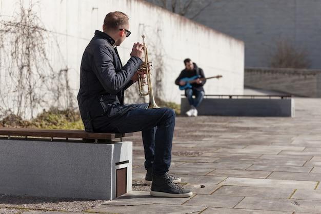 Trompetista, jogador, guitarrista, sentando