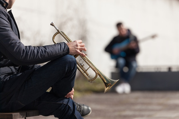 Trompetista, jogador, obscurecido, guitarrista