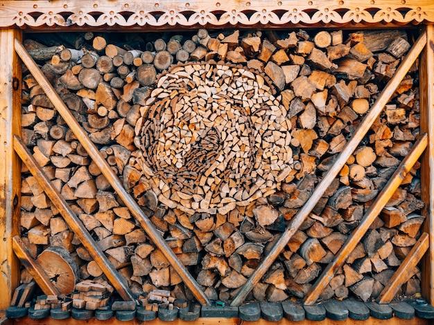 Troncos de árvore a madeira serrada