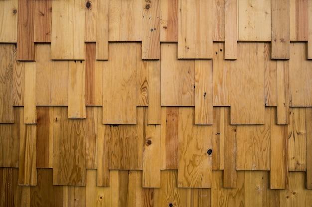 Troncos de madeira marrom e amarelo arredondados, fundo