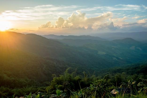 Trópicos de natureza paisagem montanha belo pôr do sol