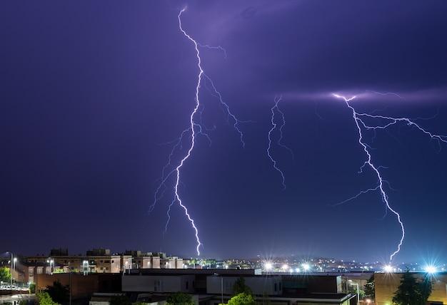 Trovões. tempestade elétrica sobre cáceres. extremadura. espanha.
