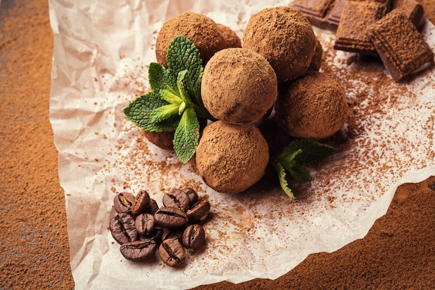 Trufa de chocolate, balas de trufa de chocolate com cacau em pó. bolas caseiras de energia fresca com chocolate. trufas sortidas gourmet feitas por chocolatier.