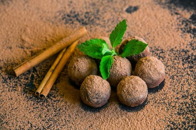 Trufa de chocolate. doces de chocolate de trufas com cacau em pó. bolas de energia fresca com chocolate. as melhores trufas de chocolate.