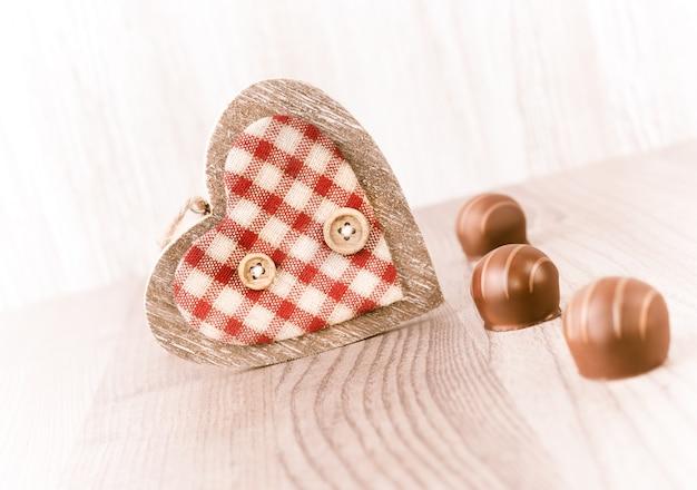 Trufa de chocolate e um coração de madeira