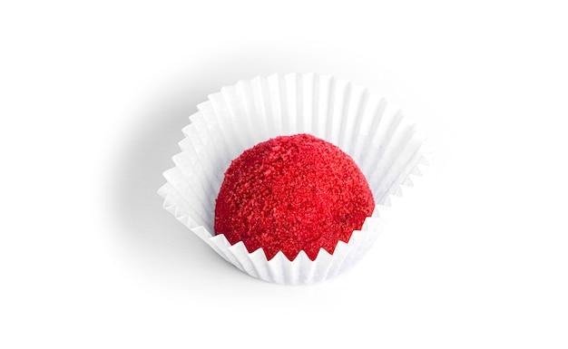 Trufa vermelha, doce de chocolate isolada. doce de framboesa.