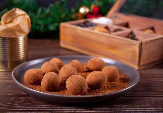 Trufas de bolas de chocolate caseiras no prato.