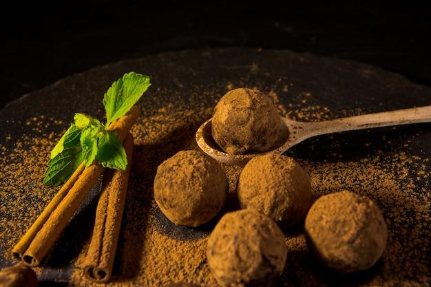 Trufas de bombons de chocolate em cacau em pó. melhores trufas de chocolate