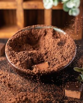 Trufas de bombons de chocolate em cacau em pó sobremesa natural doces refeição lanche na mesa cópia espaço