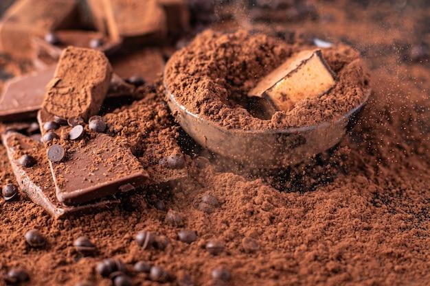 Trufas de bombons de chocolate em cacau em pó sobremesa natural doces refeição lanche na mesa cópia espaço Foto Premium