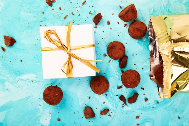 Trufas de chocolate caem caixa de luxo dourado