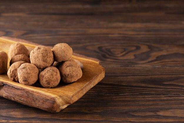 Trufas de chocolate caseiras em uma mesa de madeira