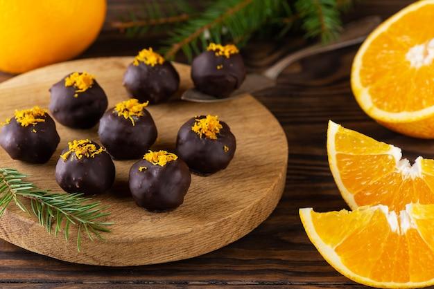 Trufas de chocolate com laranja em uma placa de madeira
