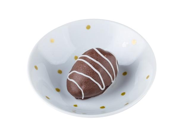 Trufas de chocolate com recheio de morango isoladas em branco