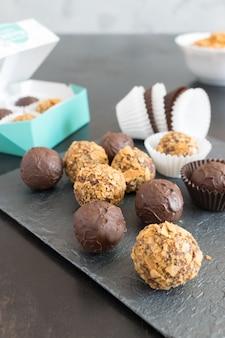 Trufas de chocolate em esmalte e migalhas de bolacha
