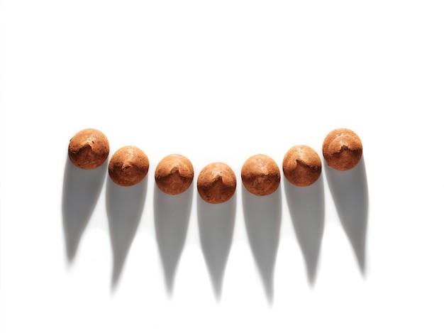 Trufas de chocolate em fundo branco - vista superior