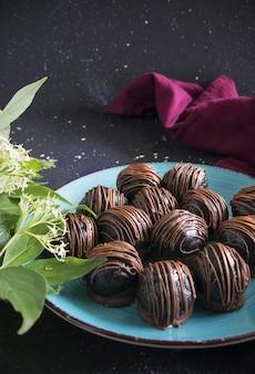 Trufas de chocolate em fundo escuro