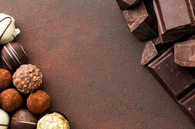 Trufas de chocolate gourmet cópia espaço
