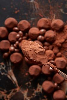 Trufas de chocolate luxuosas em uma superfície de mármore preto.
