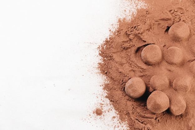 Trufas de chocolate vista superior com cacau em pó
